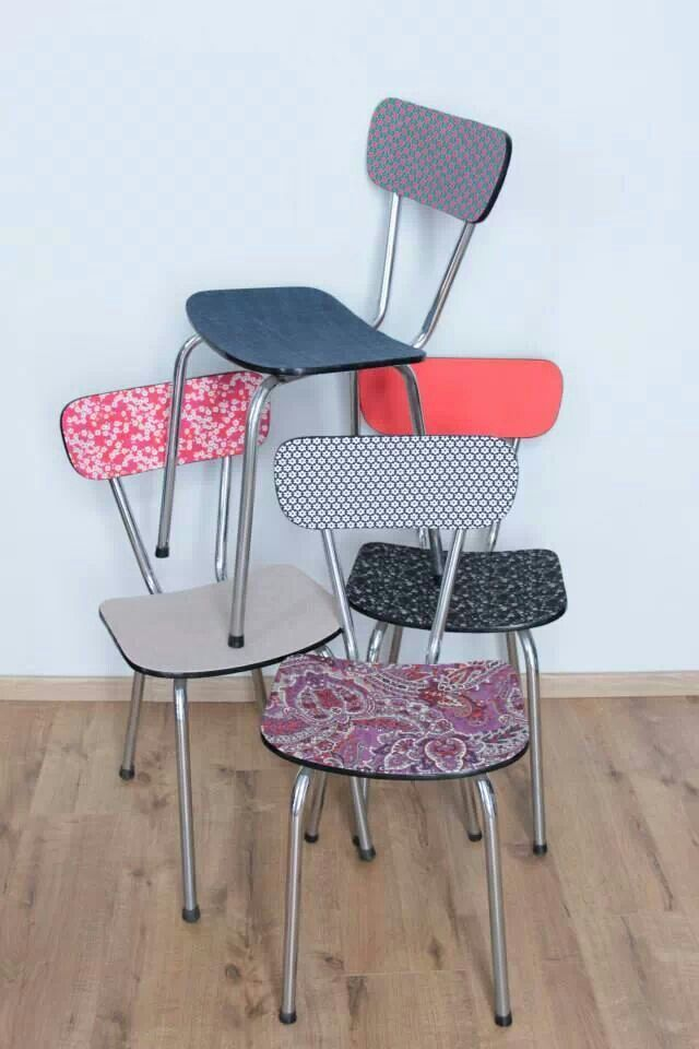 assemblage de chaises en formica tout en couleurs. Black Bedroom Furniture Sets. Home Design Ideas