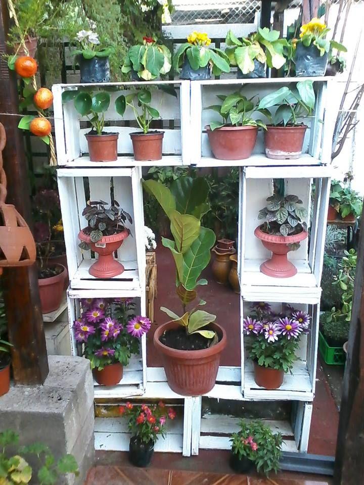 Mueble con cajones de tomates decoratango con cajones for Jardineria exterior con guijarros