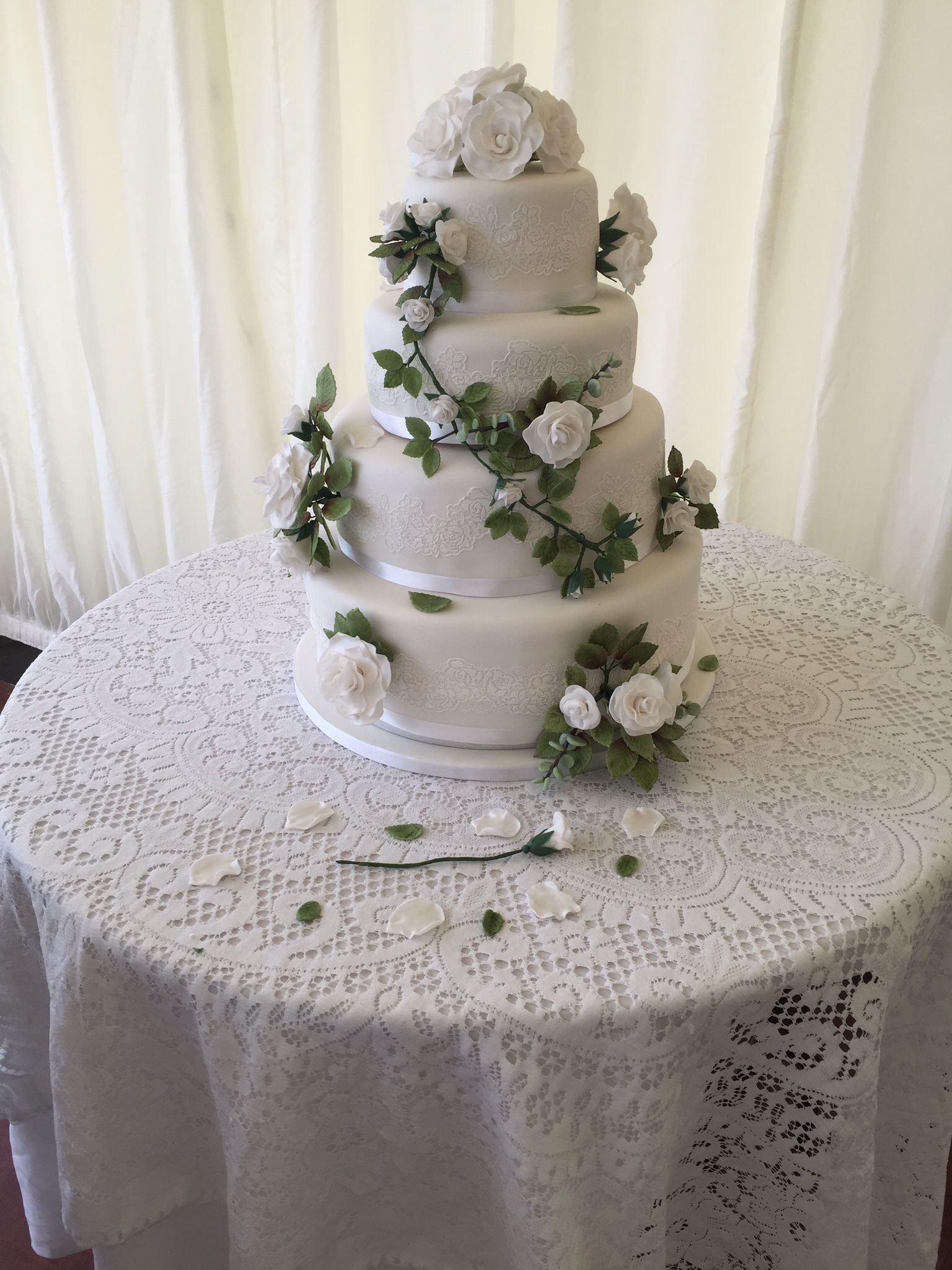 Roses and lace Wedding cake