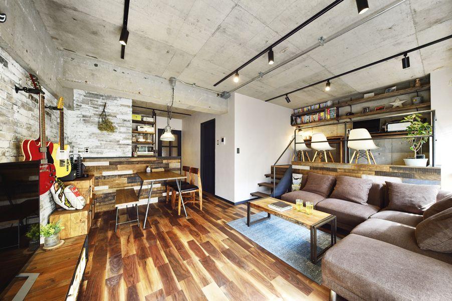 コンクリートの天井が広がるリビングの様子 コンクリート インテリア
