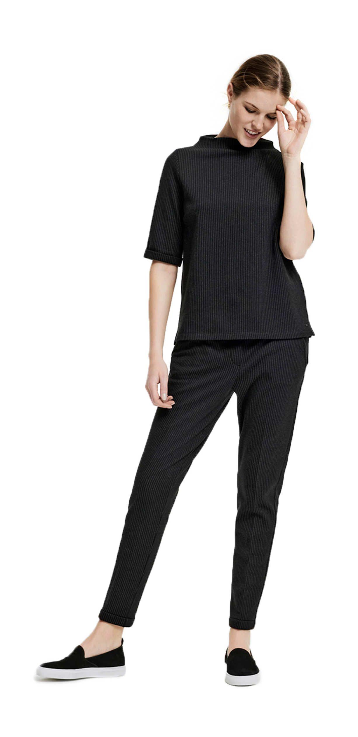 Schwarze hose und schwarzes shirt
