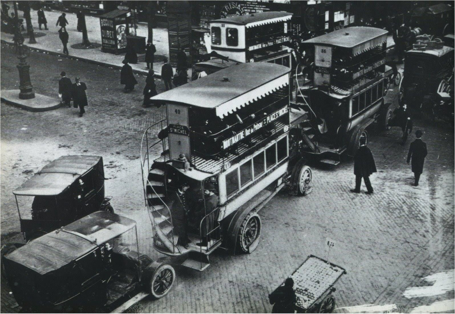 Paris 1910, quelques embarras de circulation au carrefour Montmartre-Poissonnière... Pour les intéressé(e)s, il s'agirait principalement d'autobus à plate-forme Brillié-Schneider P2.  (photo © RATP)