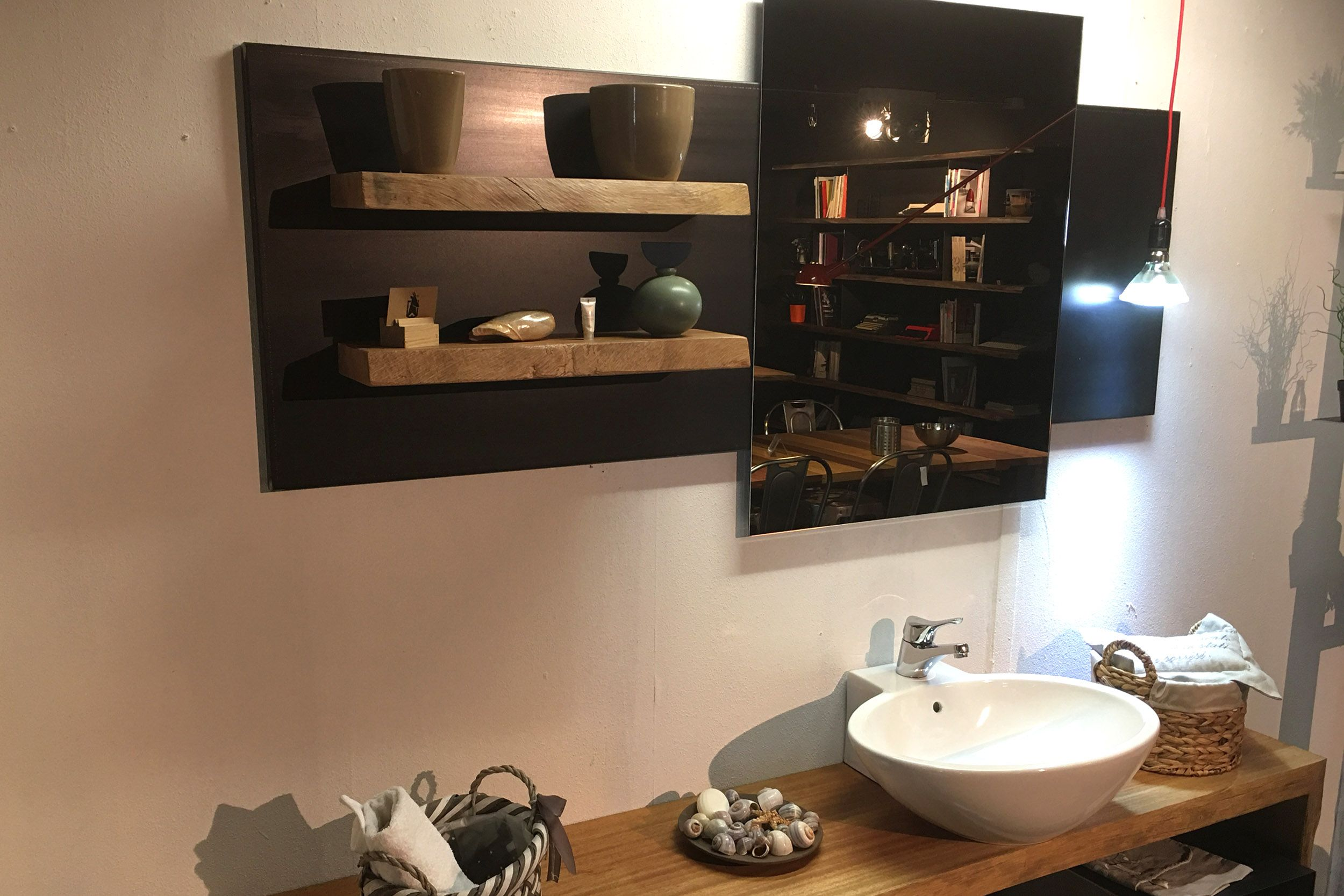 Piana bagno realizzata in legno di mogano con particolare gamba a