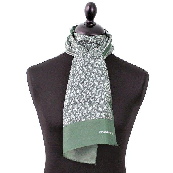 Foulard soie homme Busan Ce foulard en soie mesure 120 30cm. Il port ... c03af3c2e7a