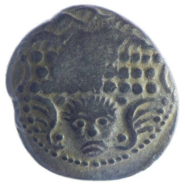 Tetradrachme, 2./1. Jh. v. C Av: Typ Frontalgesicht. Männlicher Kopf mit kurzen Haaren zwischen vier Kugeln und zwei flügelartigen Ornamenten en face; darüber drei Locken in zwei Reihen über einem dreireihigen Perldiadem zwischen zwei Bögen. Rv: Stilisiertes Pferd.
