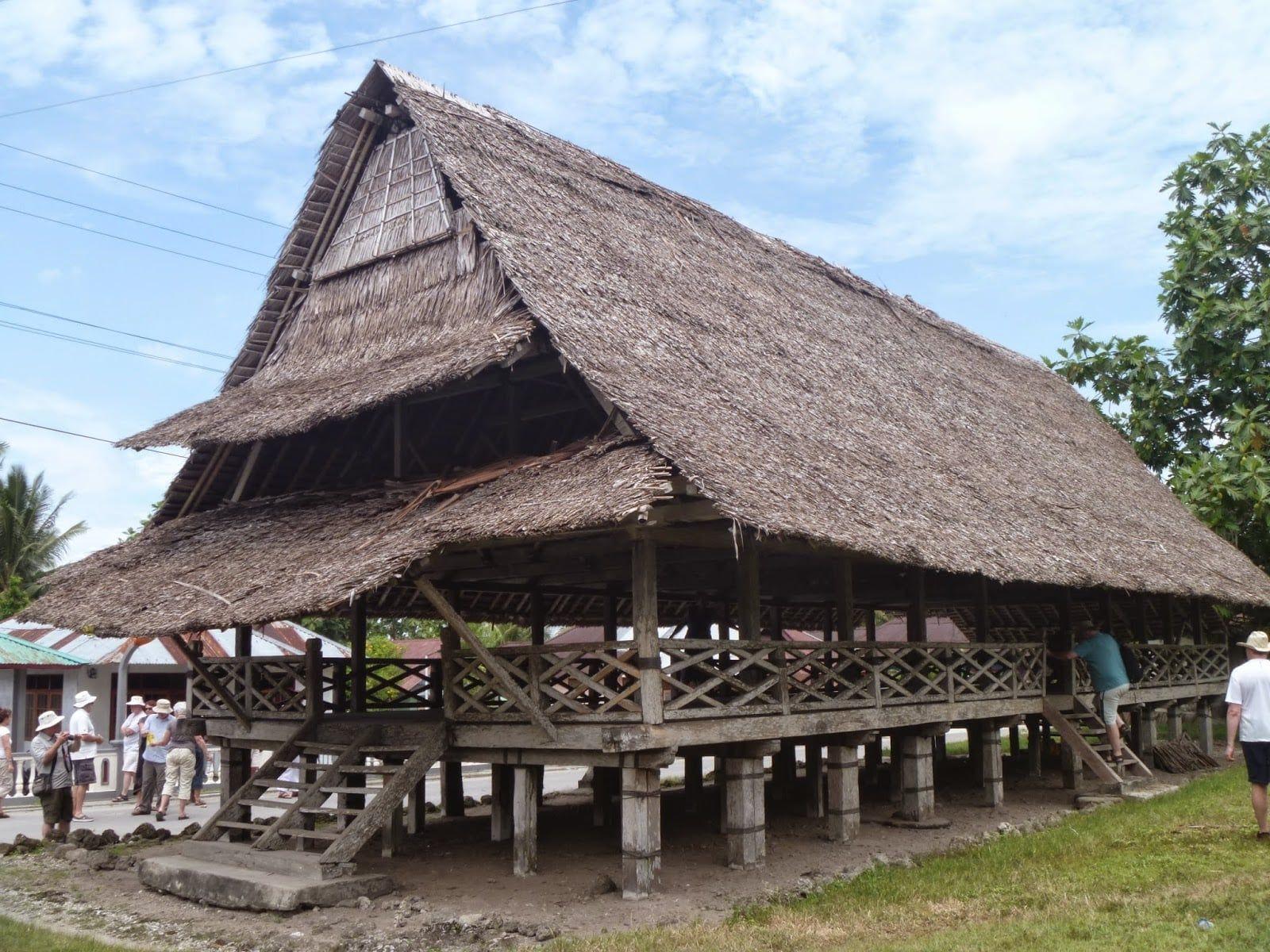 Rumah Dan Pakaian Adat Maluku Utara