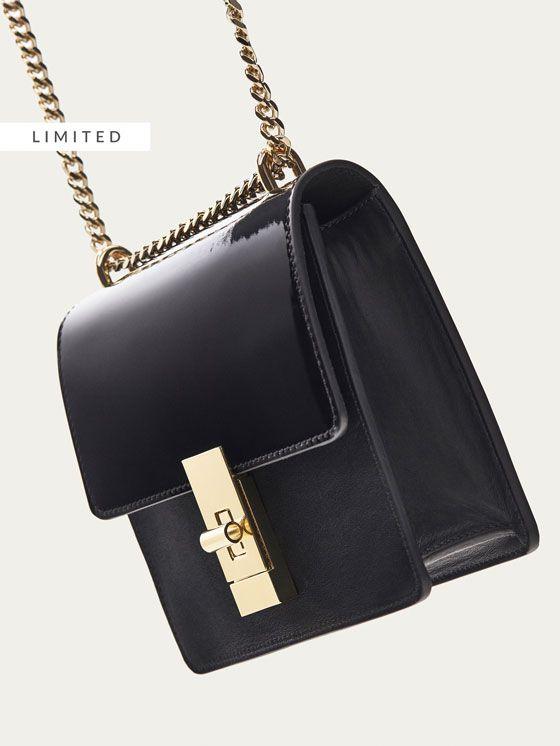 d14e966cd Los bolsos y monederos de mujer de otoño 2017 de Massimo Dutti, un must  para su vestidor. Encontrará carteras, mochilas y bolsos de piel, ante o  con flecos.