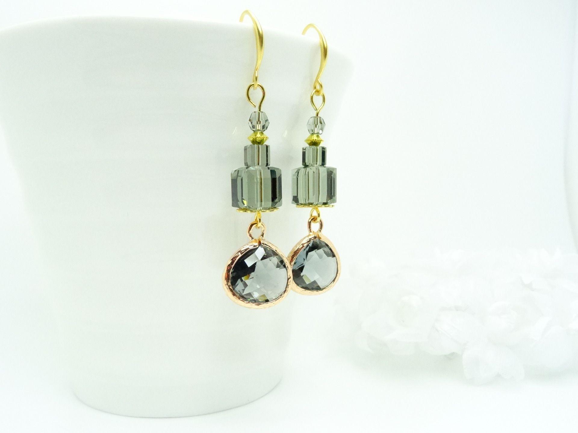 """Boucles d'oreilles pendentif verre facetté, laiton doré, perles cubes de cristal Swarovski """" Black Diamond """" : Boucles d'oreille par madely"""