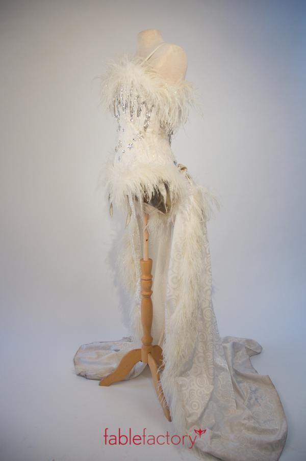 Fablefactory's Kostuum van de Week: Showpakje wit met queue voor Roaring Twenties party of fotoshoot #kostuumverhuur