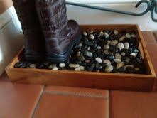 A easy to make boot tray for snowy boots. Just take a serving tray and add decorative stones. Easy!