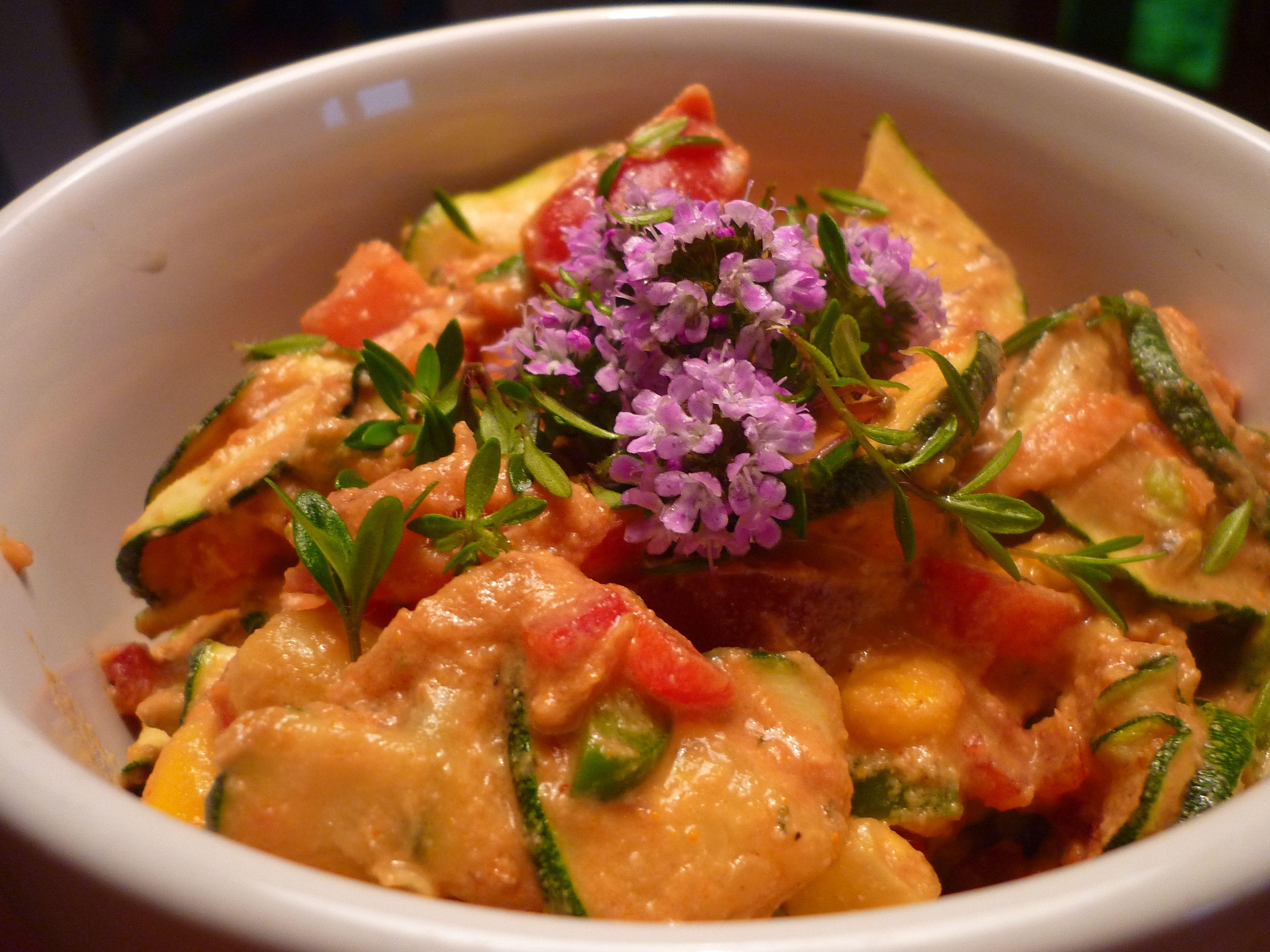 Sommer und ein feines Ratatouille aus saisonalem, frisch geerntetem Gemüse! Roh und absolut lecker! Wer aus eigenem Garten Zucchinis und Tomaten im Überschuss hat, bekommt hier eine Idee, was man d...
