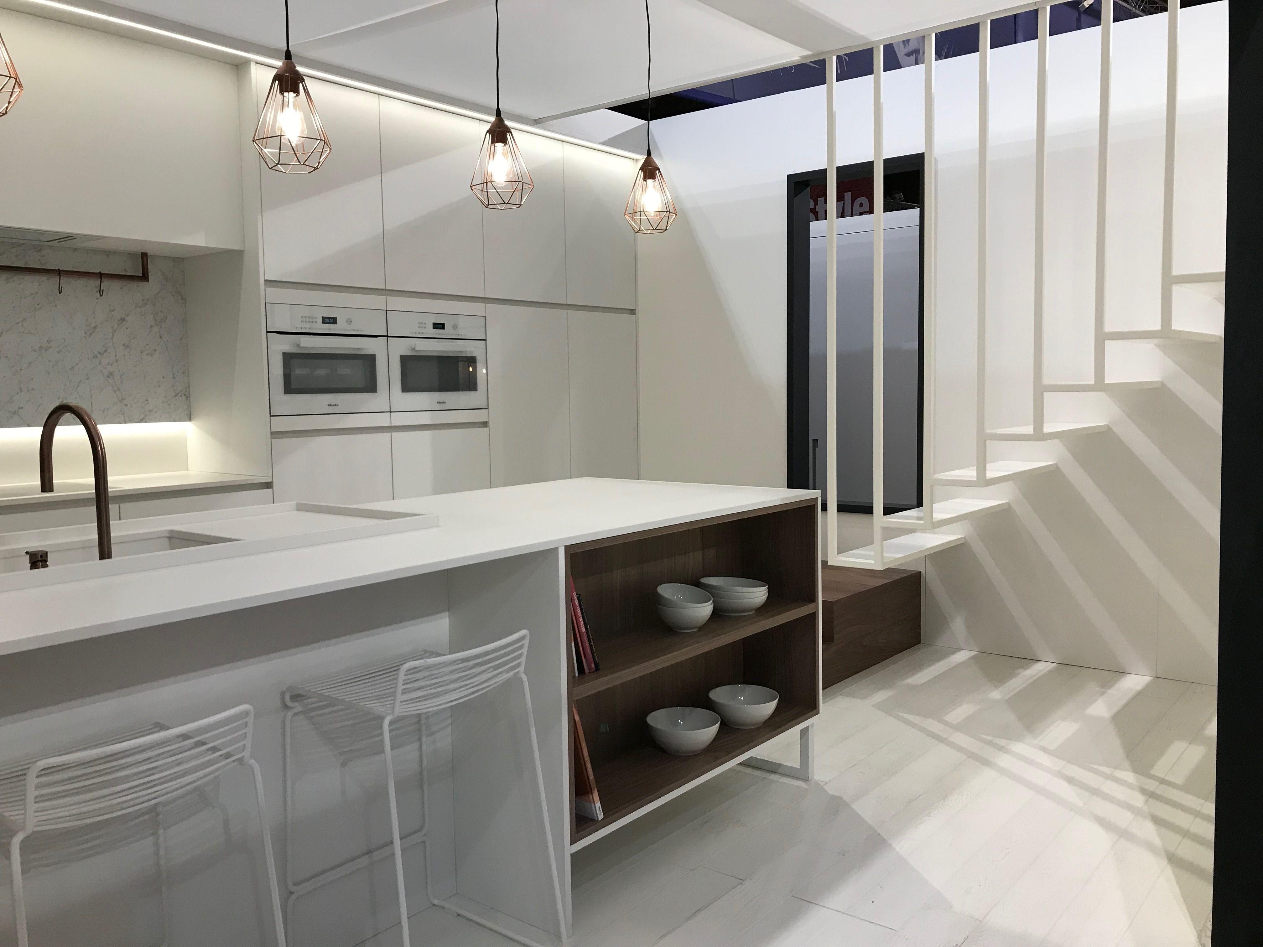 Witte keuken met werkblad in dekton en accenten in noot fineer en