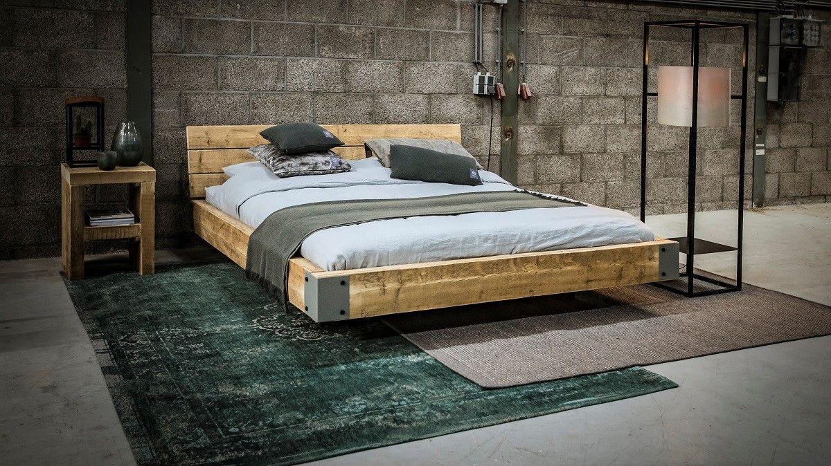 Stauraumbett 140x200 massivholz  Stoer wonen met zwevend bed van oude balken en hoekprofielen van ...