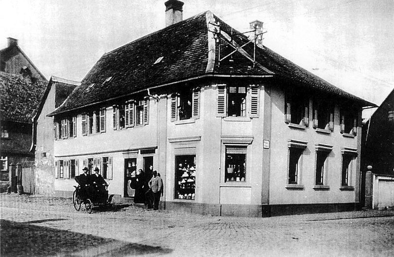 Das Erste Automobil in Groß-Gerau 1896. Das Bild zeigt das.. Haus des Spenglermeisters Kleinböhl.