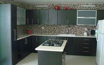 Cocina integral enchapada en formica color wengue puertas for Puertas de cocina formica