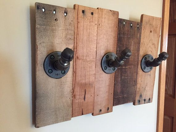 Reclaimed Wood & Industrial Pipe Coat Rack di PlumbWoodDesign