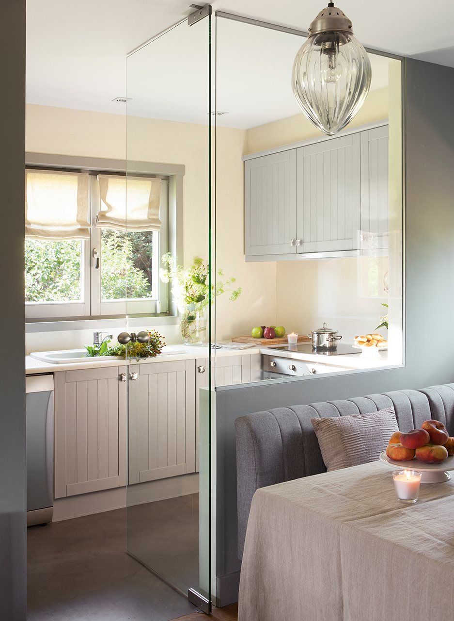 Acceso a cocina con pared y puerta de cristal desde office | Cocinas ...