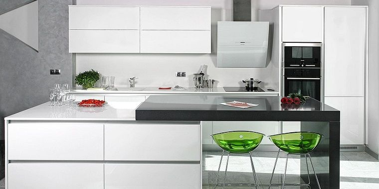 cucina bianca dal design moderno con isola e sgabelli di colore ...