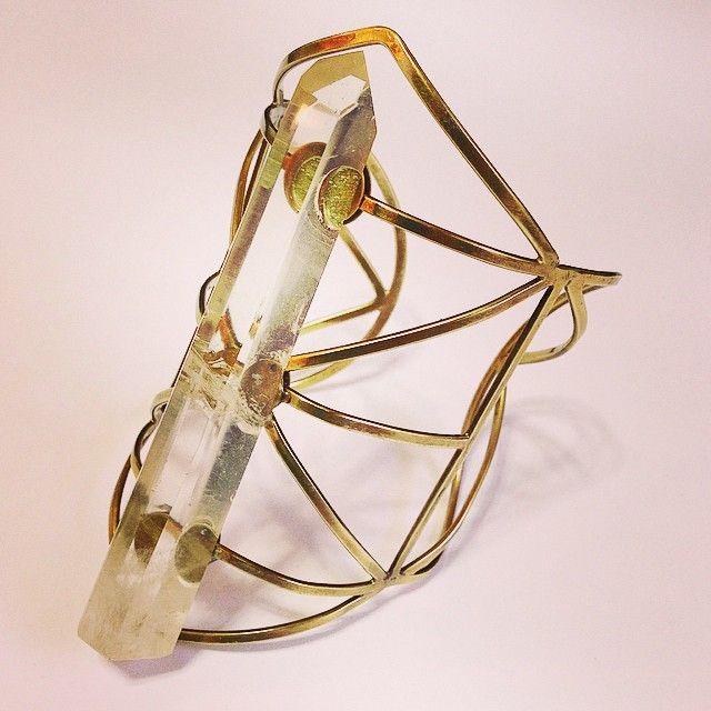 Estrutura com intervenção, Para Decolar Luz. Metal e Quartzo Cristal.  Structure with intervention, to take off light.  Metal / Quartz Crystal
