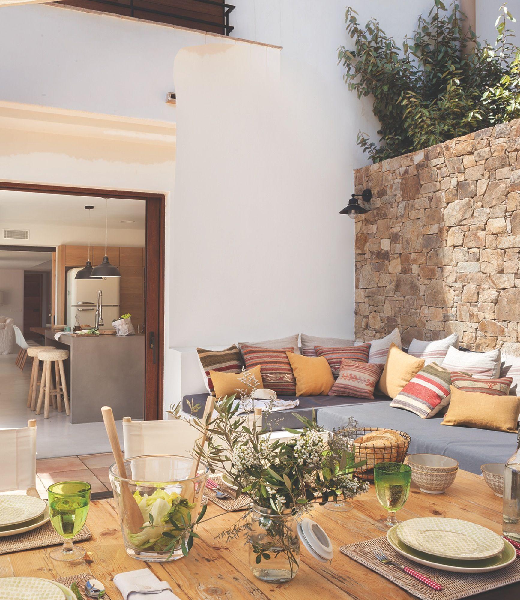 Terraza con sof de obra y cojines de m ltiples colores for Sofa exterior terraza