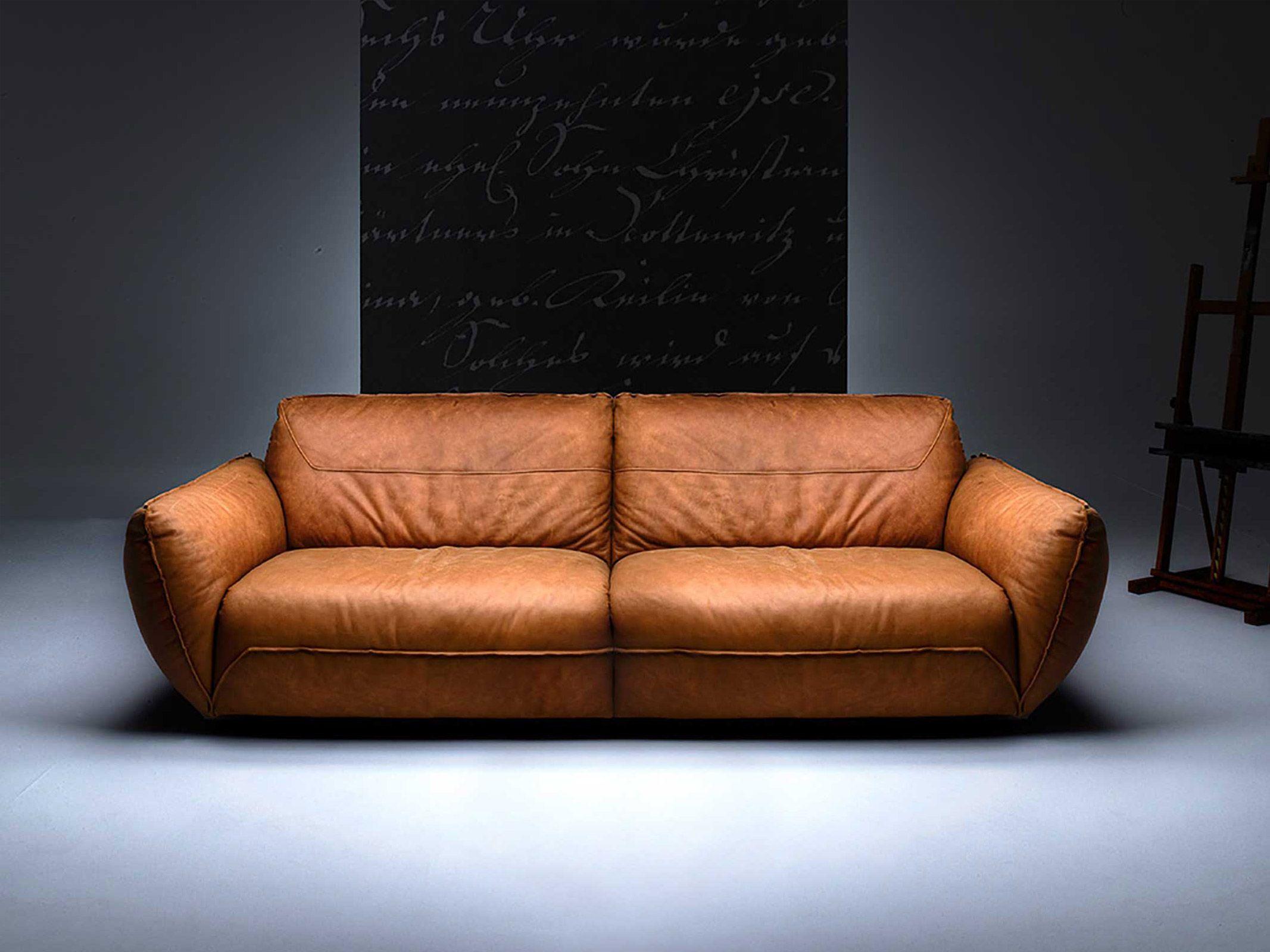 Ein Sofa Wie Ein Baseballhandschuh Die Aussergewohnlich Komfortable Polsterung Mit Federn Im Sitz Suggeriert Wohlbehagen Und Gemutlichkeit Auf 소파 디자인 소파 디자인