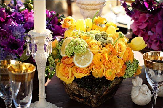 Limão siciliano usado no arranjo com flores amarelas