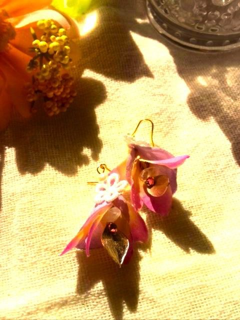 妖精の世界を表現した、エアリーなフラワーアクセサリーブランド「Tink&Wendy」。耳元で軽やかに揺れ、女性らしい存在感。話相手の目線が耳元にいきま...|ハンドメイド、手作り、手仕事品の通販・販売・購入ならCreema。