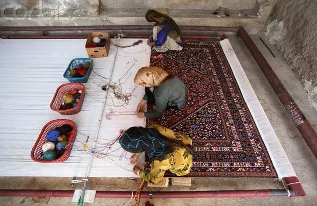 Women Weaving Persian Carpet Persian Carpet Persian Culture Rugs On Carpet