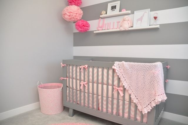 Accents Roses Et Papier Peint Gris A Rayures Blanches Pink Baby Nursery Pink And Gray Nursery Grey Baby Room
