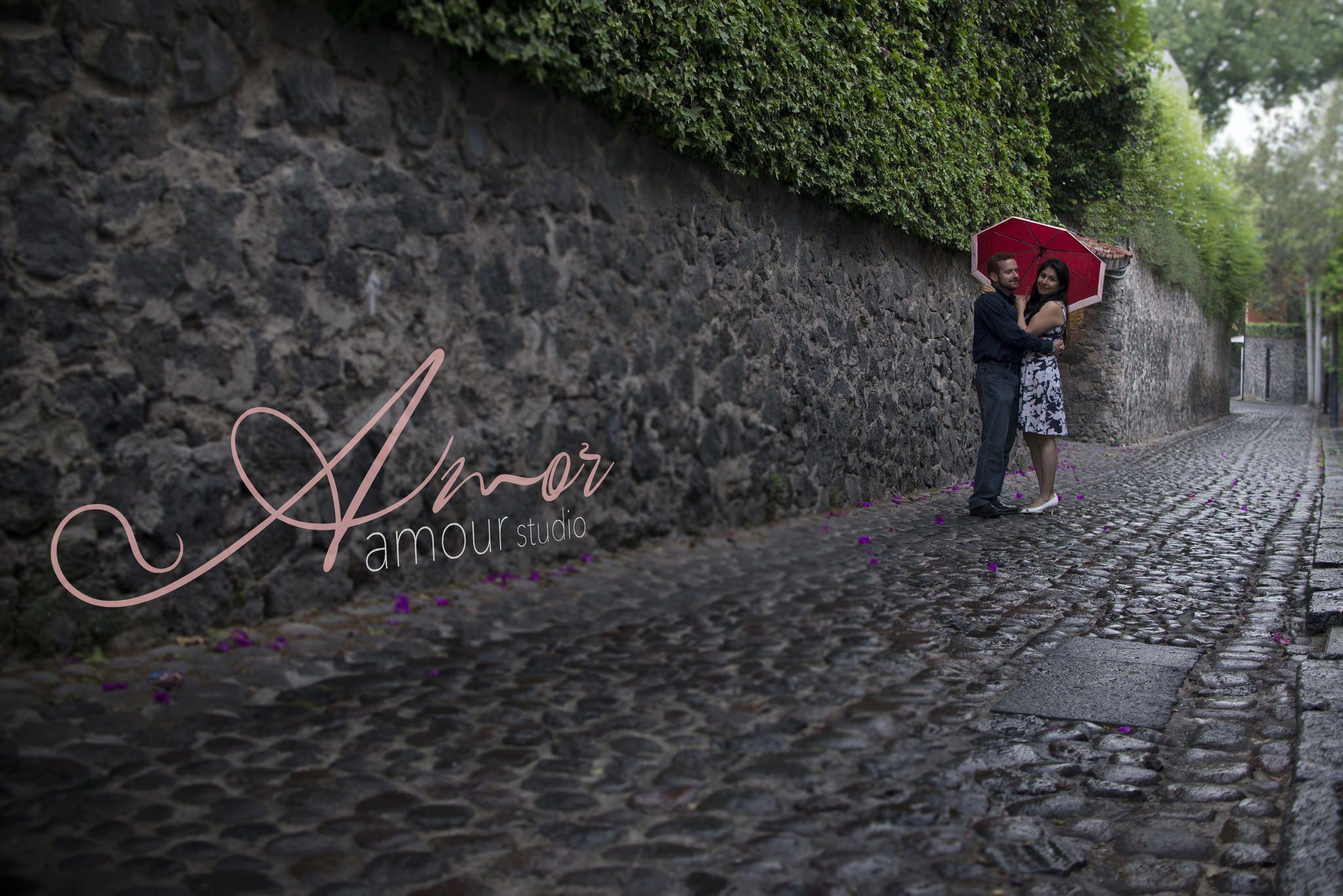 Novios bajo la lluvia en los callejones de San Ángel.