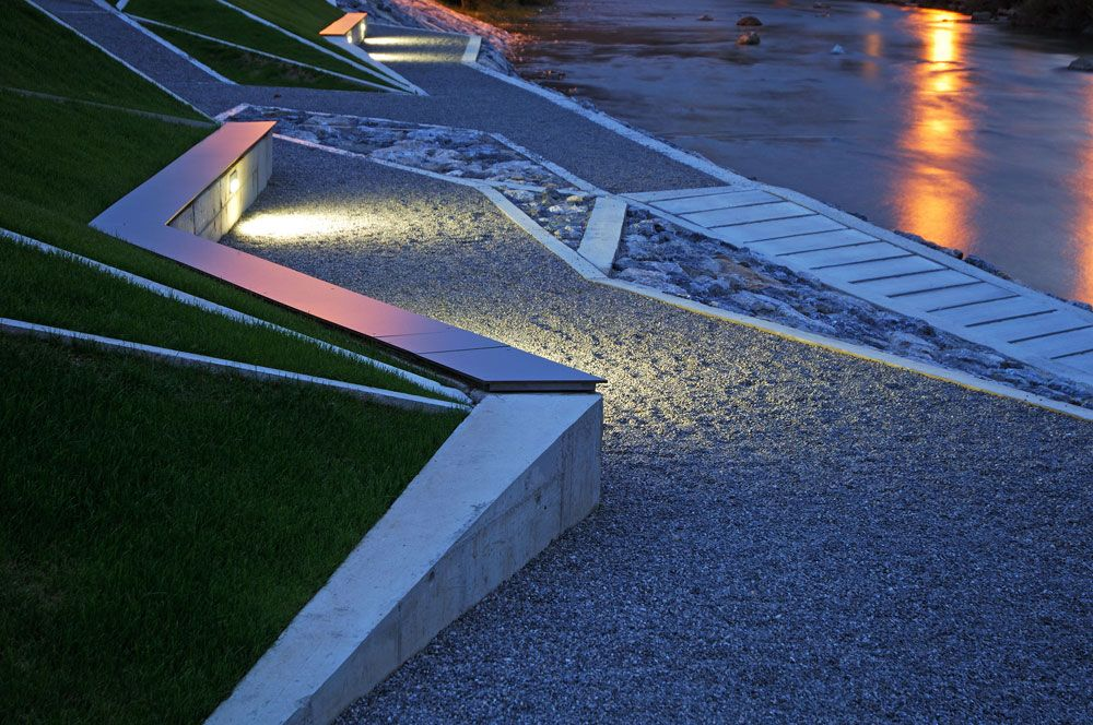 General Maister Memorial Park by Bruto Landscape Architecture__ 자갈 바닥. 하이힐이나 구두 밑창이 닳기 쉬운 신발을 신은 사람들은 걷기 꺼려지지 않을까?