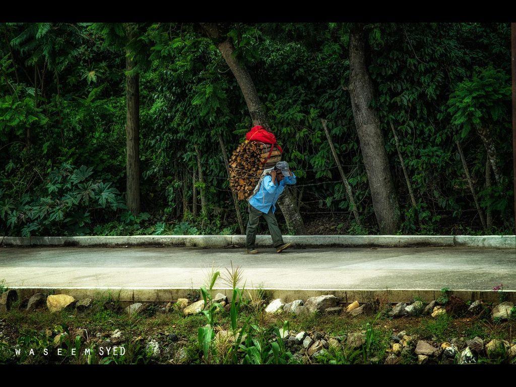 Jalando Leña camino sta Cruz Naranjo Cuilapa Guatemala