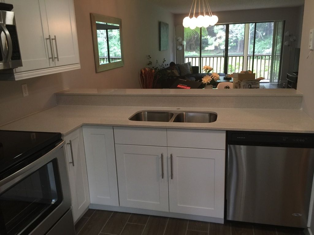Simple And Contemporary White Shaker Cabinets With 2 Cm Silestone Blanco Maple White Kitchen Countertops Kitchen Cabinets White Kitchen Cabinets