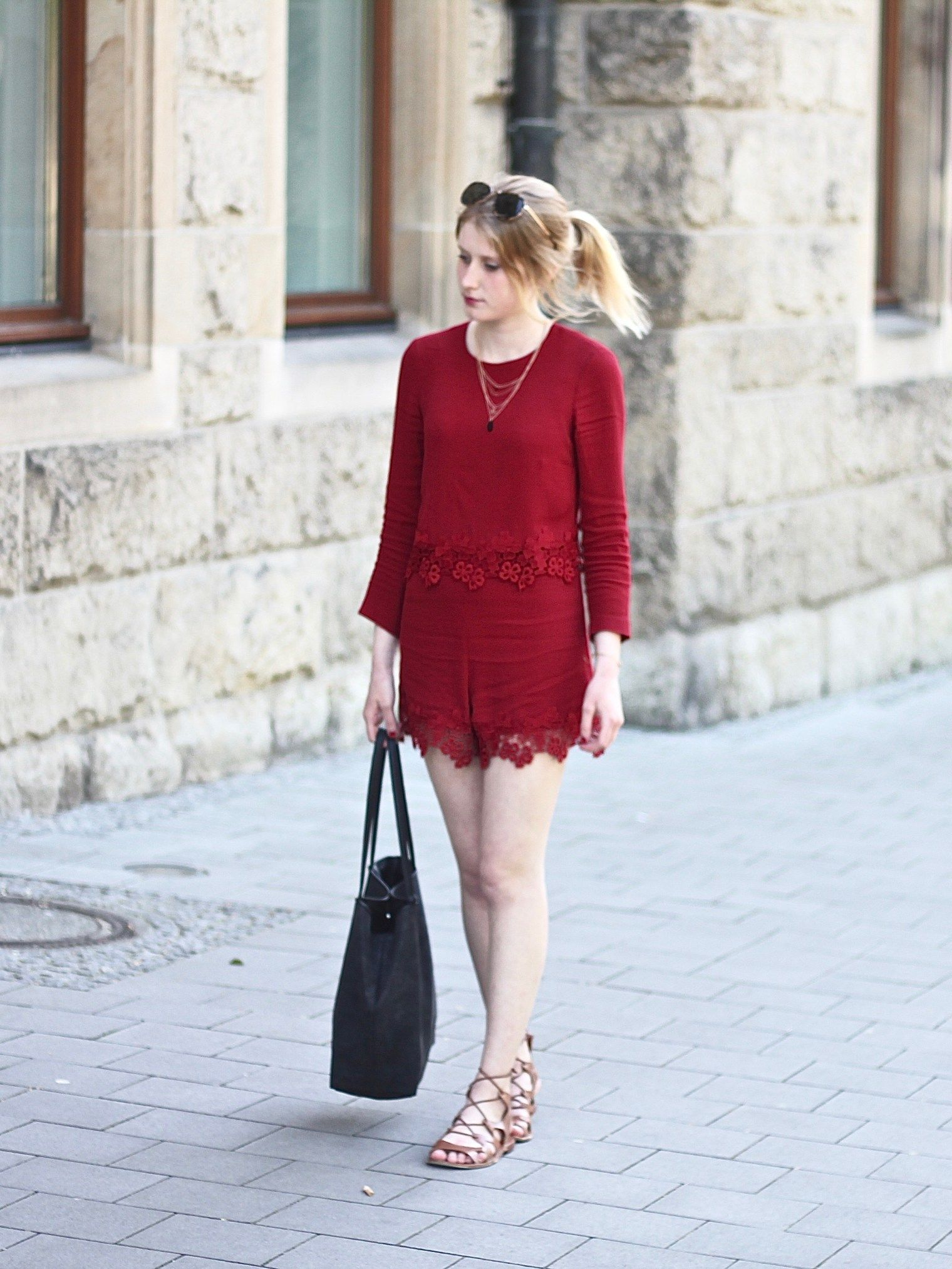 fec2366eb1cef0 roter Jumpsuit mit Spitze - katiys.com | Fashion | Rot, Spitze