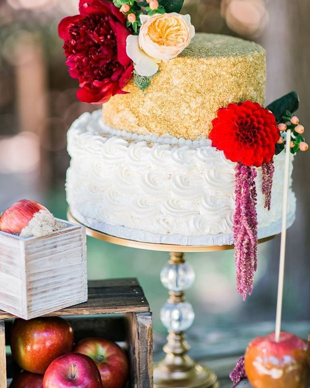 How amazingly delicious is this cake? So perfect for the fall wedding you are planning after you receive your #sylviecollection engagement ring!  @ashlamonogue @petals_couture  thepoppyseedcake xoxo #weddingchicks for our #wctakeover