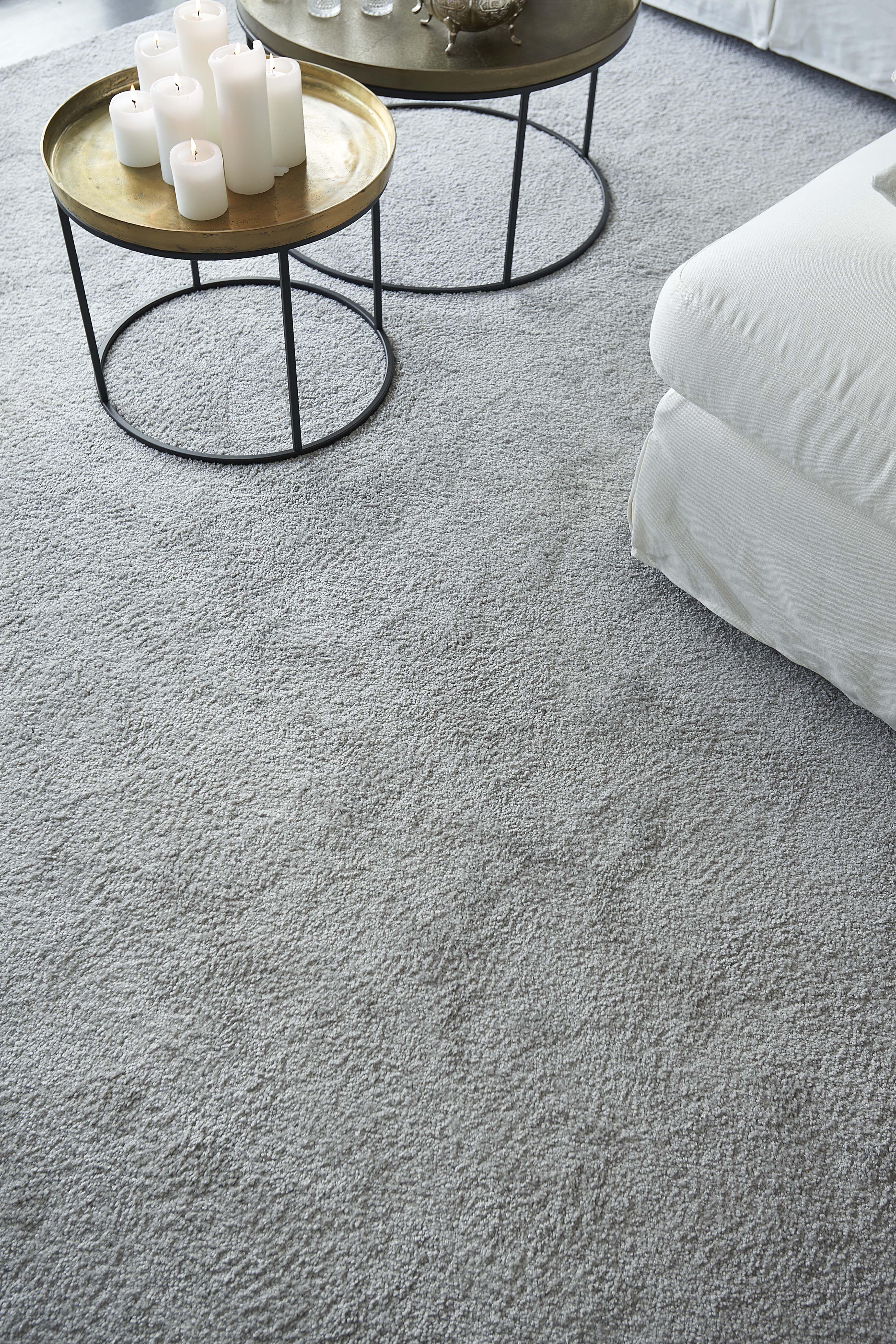 d198ab760e5507 Het hoogpolig taupe tapijt  Prescott  van Kwantum voelt zacht aan de voeten  en geeft