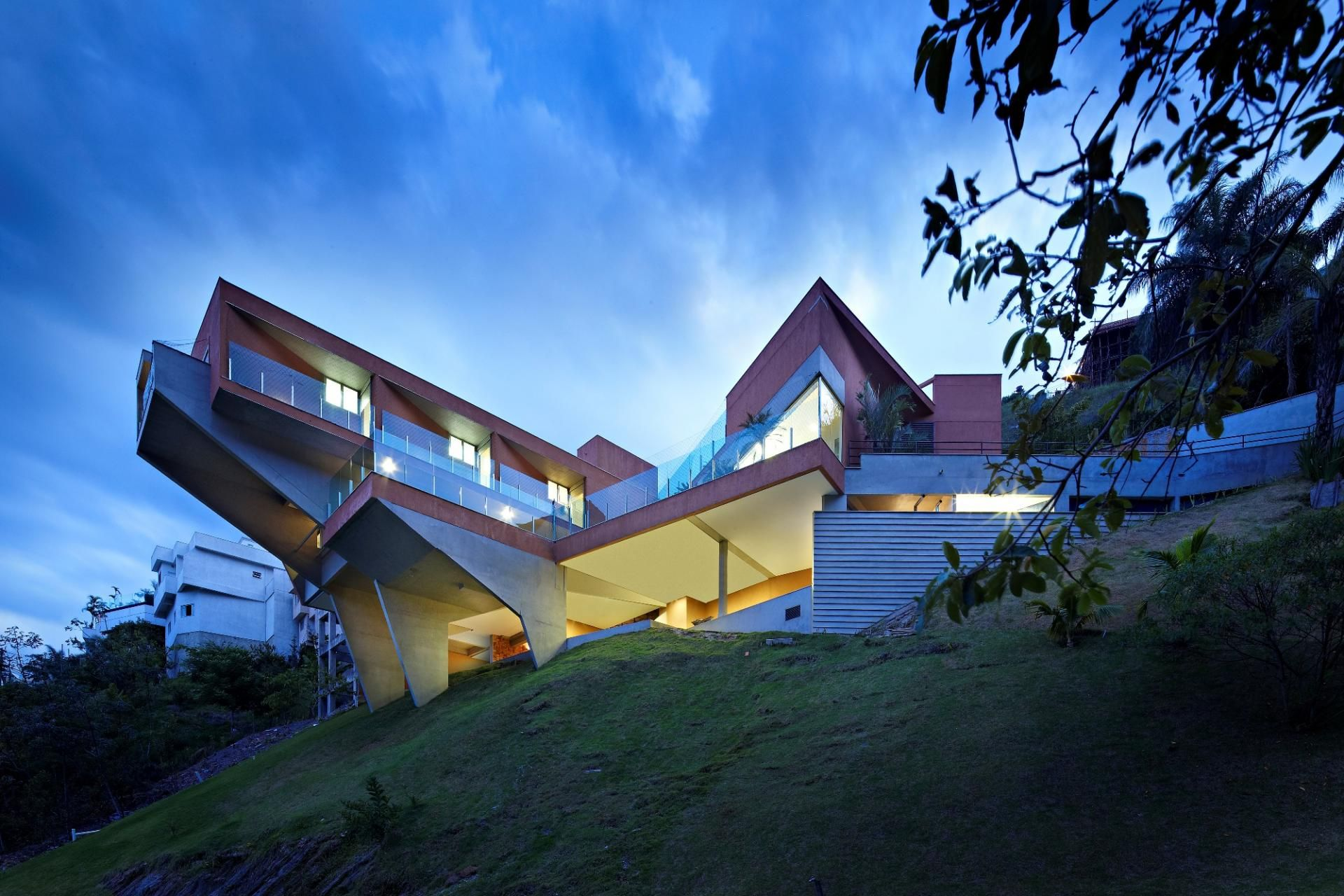 Sculptural Concrete House Built on a Steep Slope Architecture