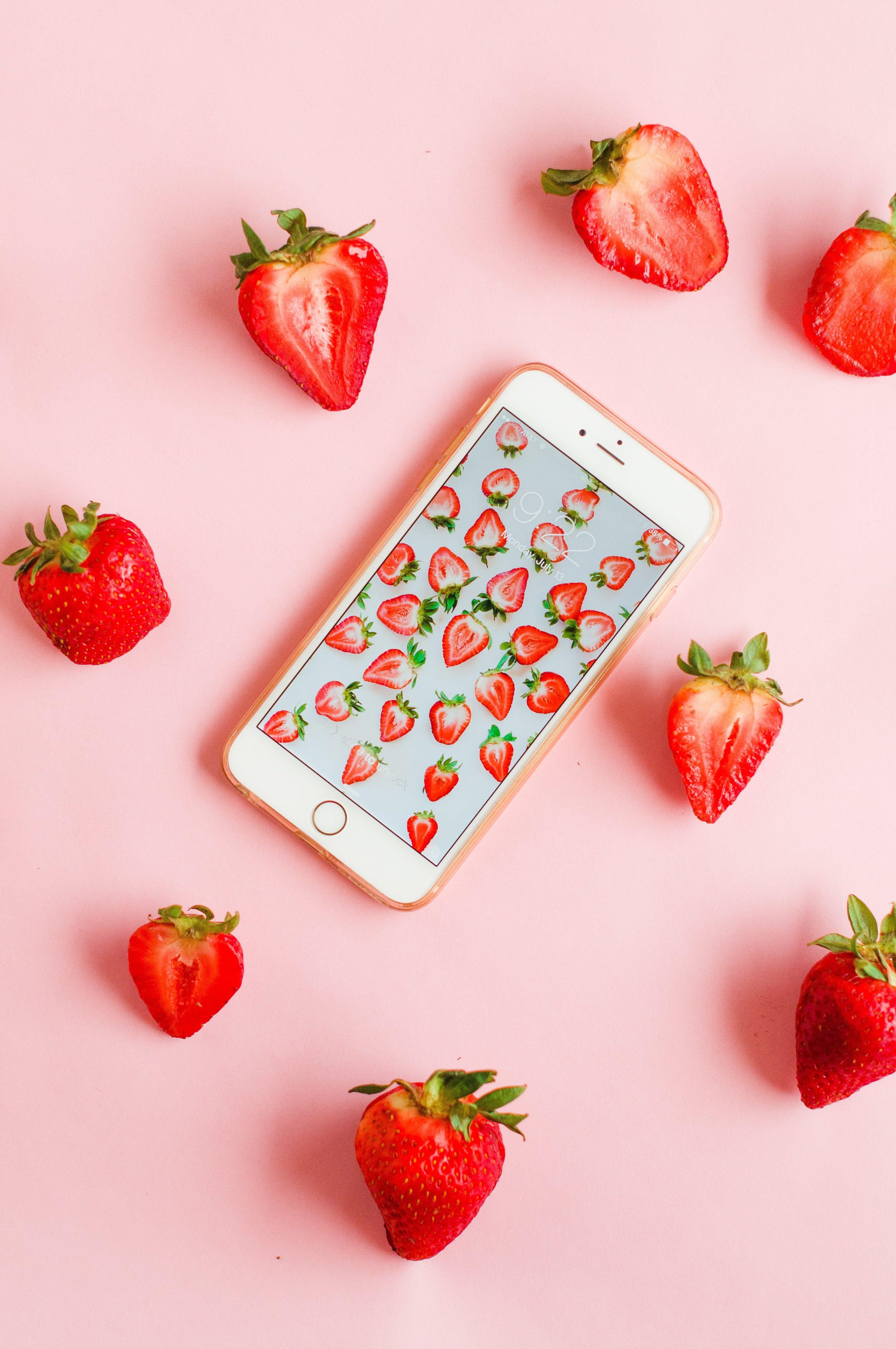 Printed Strawberry Wallpaper Download A New Series Proper Stroberi Buah Wallpaper Ponsel