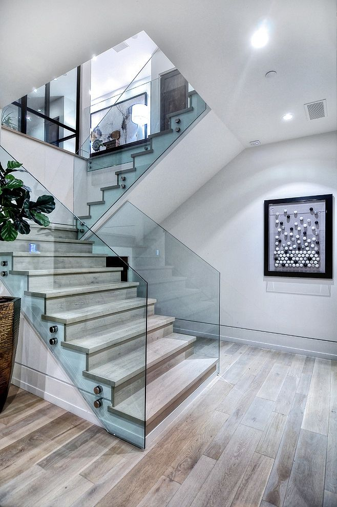 Elegante escalera con vitrales a los lados decoraci n de - Barandillas para escaleras interiores modernas ...