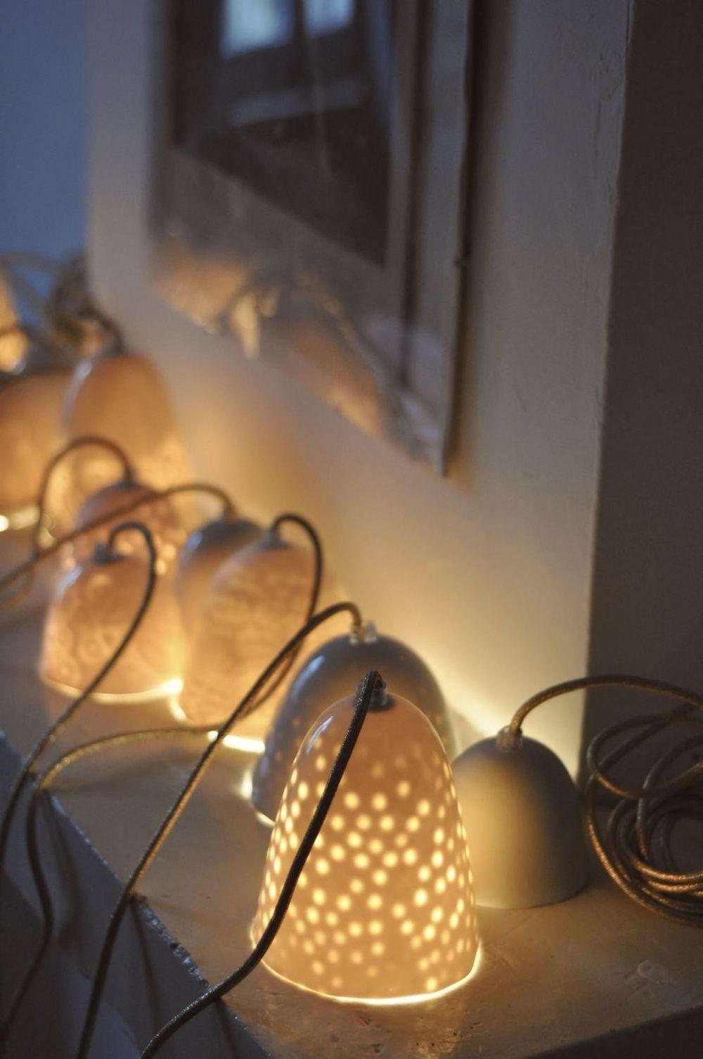 Lampes En Porcelaine Blanche Faites A La Main Elles Sont Montees Avec 3m De Cable Il Existe 3 Tailles Petit Handmade Lighting Hanging Lights Porcelain Lamp