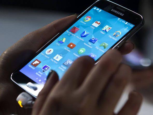 Brasileiros querem smartphones com telas grandes...