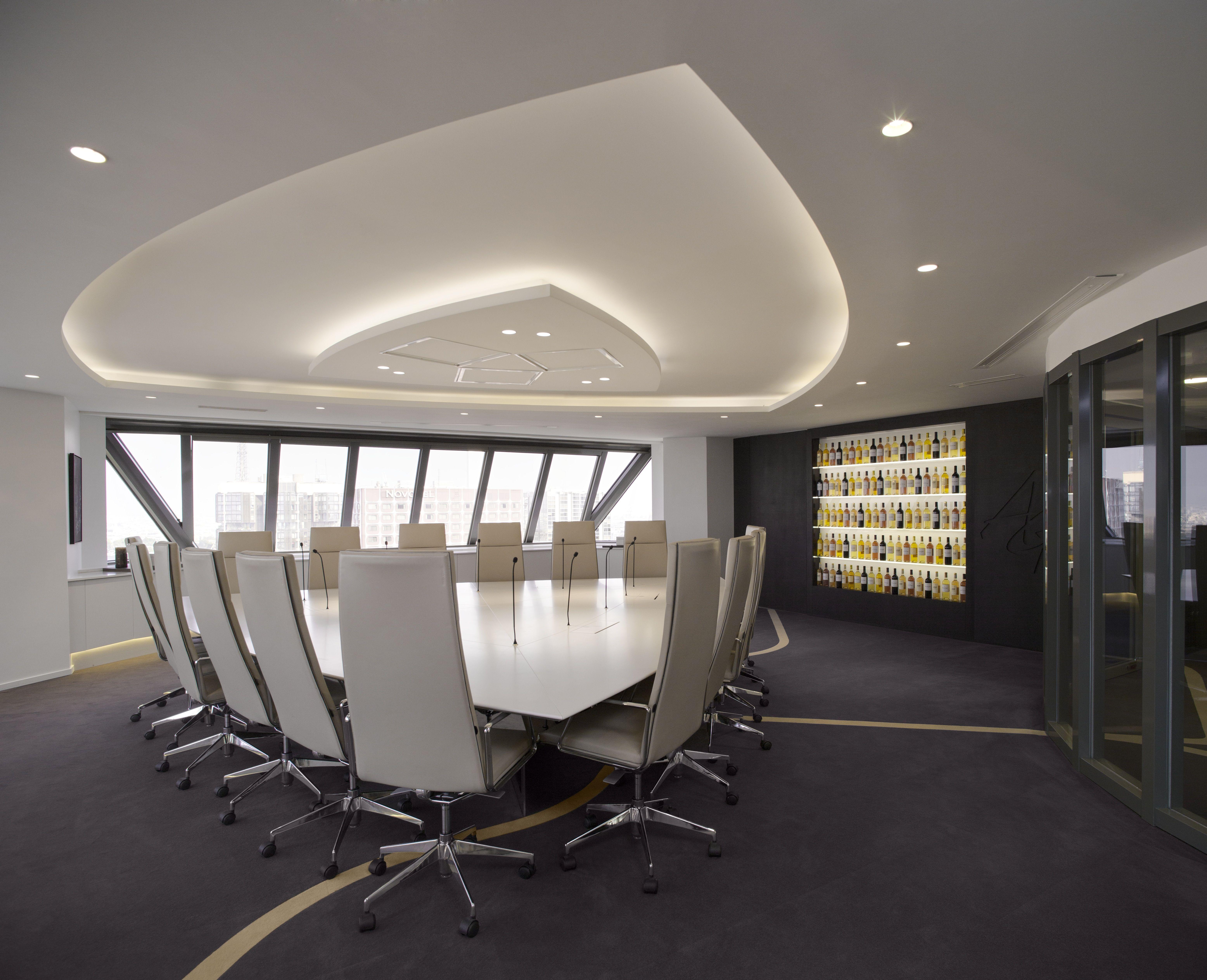 Gorgeous meeting room architectured by cl ram style design bureau architecture am nagement for Moquette de bureau