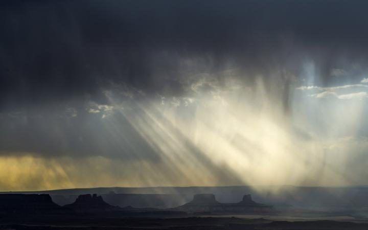 Los rayos solares se filtran a través de las nubes sobre el Canyonlands National Park, Utah, EEUU (Chris Detrick, 2016)