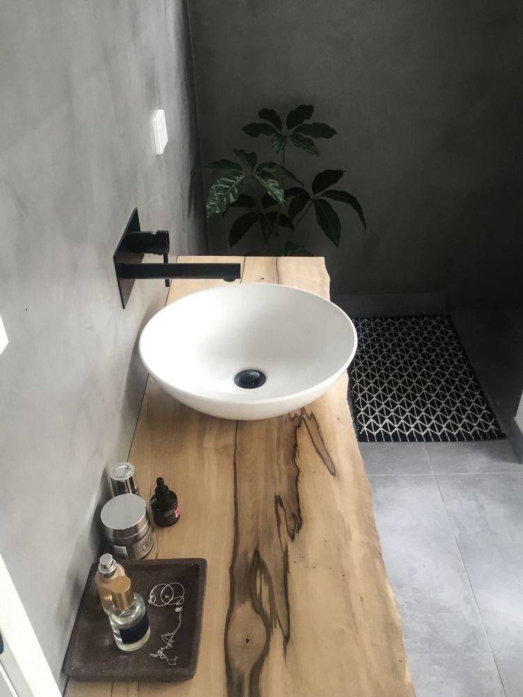 Une belle vasque  poser ronde sur un meuble tr¨s naturel en bois