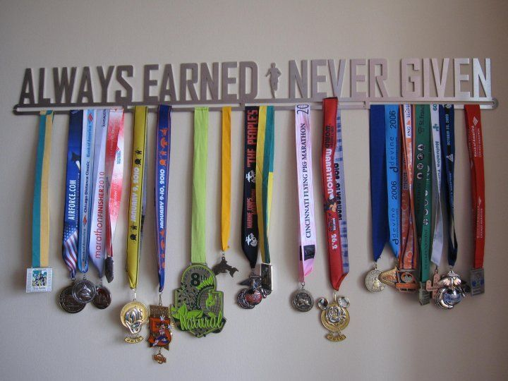 Ideas for how to display your running race bibs and medals for Ideas para colgar medallas