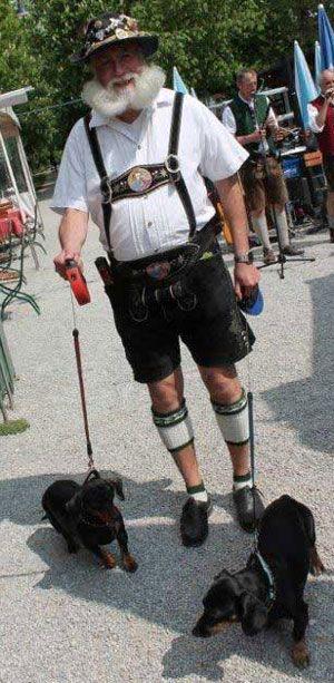 Ein echter Münchner Biergartler mit seine zwei Zamperl im Hirschgarten #Bavaria #tracht