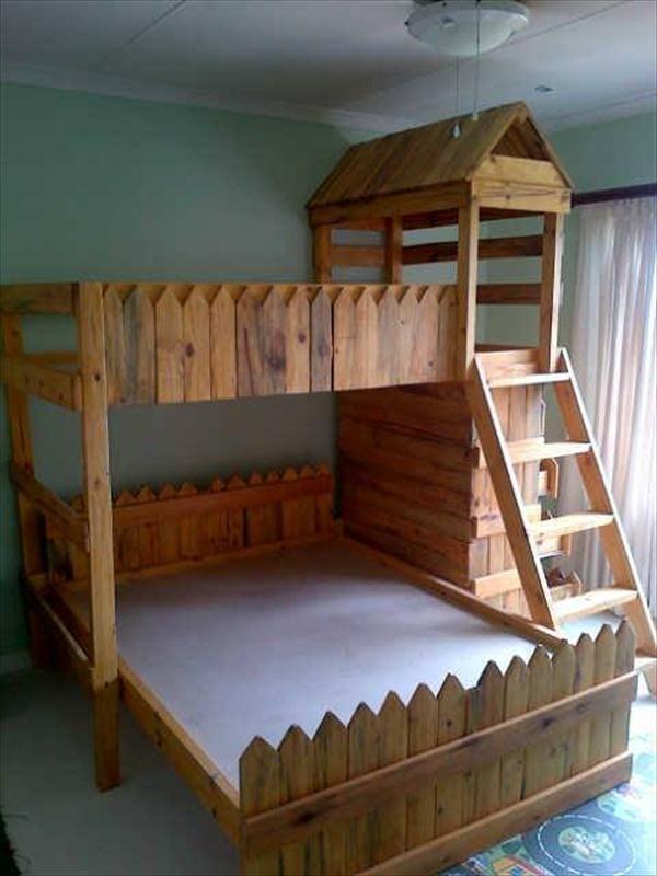 Diy medieval toddler 39 s pallet castle bed castle bed for Kids pallet bed