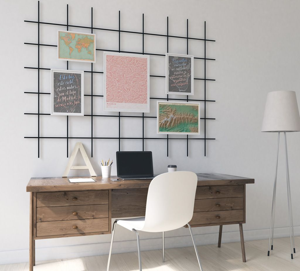 Composición decorativa de cuadros con mapas colocados en una rejilla #decorarconmapas #interiorismo #diseñodeinteriores #decoración