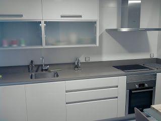 Cocina con encimera negra y muebles de madera clar for Cocina blanca encimera negra