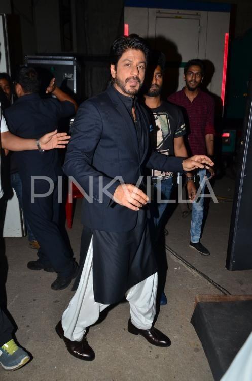 31bafdeba3 OMG! SRK Looks Drool-Worthy In This Pathani Kurta!